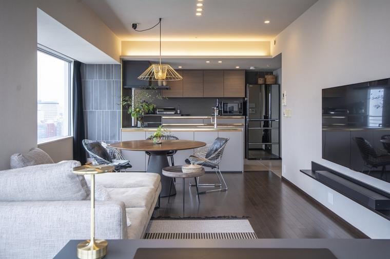 """""""家具のようなキッチン""""に合わせて空間を整える"""